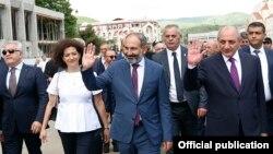 Nagorno-Karabakh - Armenian Prime Minister Nikol Pashinian (C) visits Stepanakert, 9 May 2018.