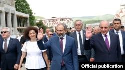 Nikol Pashinian (ortada) Xankəndində