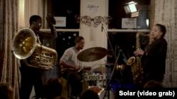 Theon Cross, tubă, Moses Boyed, tobe, Nubya Garcia, saxofon, în concert la Sofar, Londra, 25 ianuarie 2017