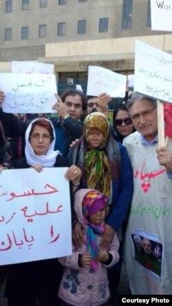 محمد نوریزاد (راست) و نسرین ستوده (چپ) در تجمع چهارشنبه