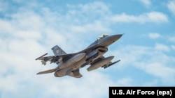 Pamje e një aeroplani luftarak të tipit F-16