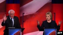 Кандидаты в президенты от Демократической партии Берни Сандерс и Хиллари Клинтон во время дебатов в университете Нью-Гемпшира