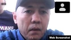 Белсенді Асхат Жексебаев сотқа тергеу изоляторынан қатысып отыр. Алматы, 2021 жылғы қыркүйек.