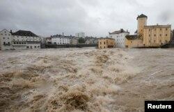 Річка Штайр в однойменному місті Штайр в Австрії, фото 2 червня 2013 року