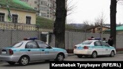 Өзбекстан елшілі алдында тұрған полицейлер мен полиция көліктері. Алматы, 29 наурыз 2015 жыл.