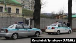 Полицейские машины у здания посольства Узбекистана в Алматы. 29 марта 2015 года.