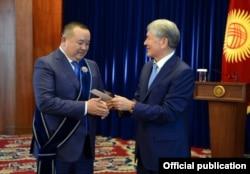 Экс-президент КР Алмазбек Атамбаев вручает Икрамжану Илмиянову орден «Манас» III степени, 22 ноября 2017 г.