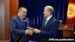 Награждение Икрамжана Илмиянова орденом «Манас» III степени