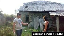 ლალი ბრეგვაძე ჟურნალისტ გიორგი ალადაშვილს სტიქიით დაზარალებულ სახლს აჩვენებს
