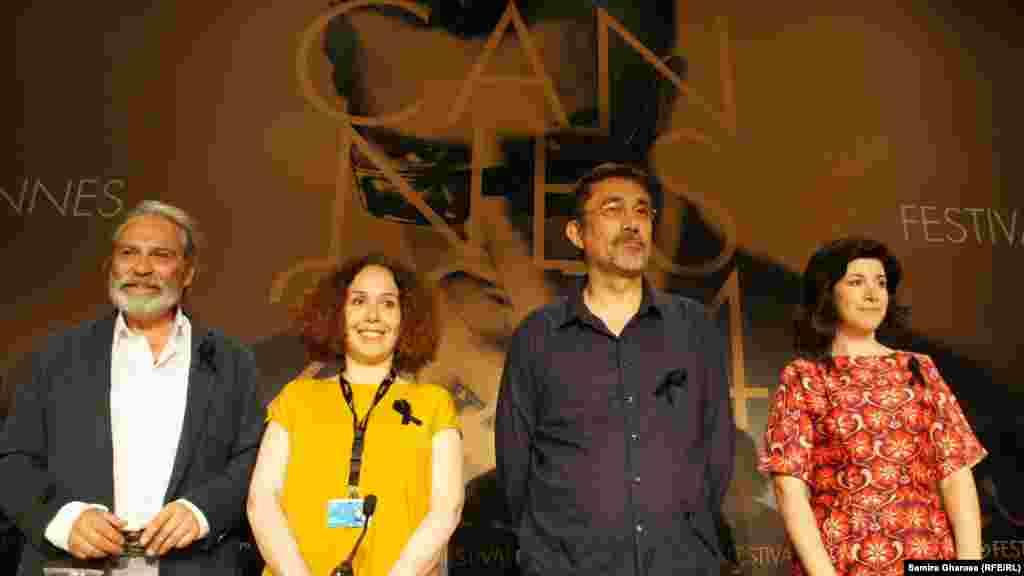 نوری بیلگه جیلانُ، کارگردان مطرح سینمای ترکیه (نفر دوم از راست) در کنار دیگر دست اندرکاران فیلم خواب زمستانی