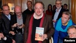 ماتیاس انار با نسخهای از کتابش با عنوان قطبنما