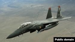 Истребитель F-15 в воздухе.