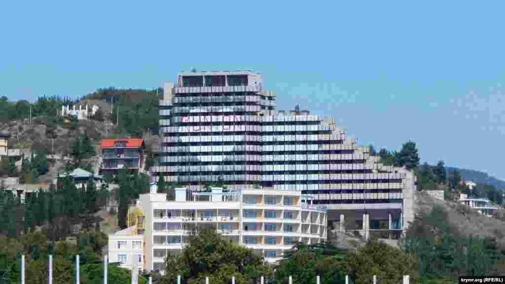 Серце на фасаді покинутого готелю раніше було пофарбоване в кольори триколора