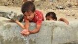 البصرة طفل يلعب بالماء