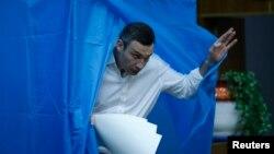 Киев мэріне кандидат Виталий Кличко дауыс беру учаскесіндегі кабинадан шығып келеді. Киев, 25 мамыр 2014 жыл.