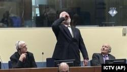 Слободан Праляк випиває під час засідання суду в Гаазі, 29 листопада 2017 року