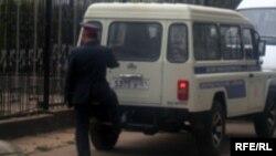 Сотрудник таджикской милиции возле милицейской машины. Иллюстративное фото.