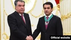 Президент Таджикистана Эмомали Рахмон награждает сына Рустама Эмомали орденом «Зарринтодж» («Золотая корона») 2-й степени. Душанбе, 30 августа 2018 года.