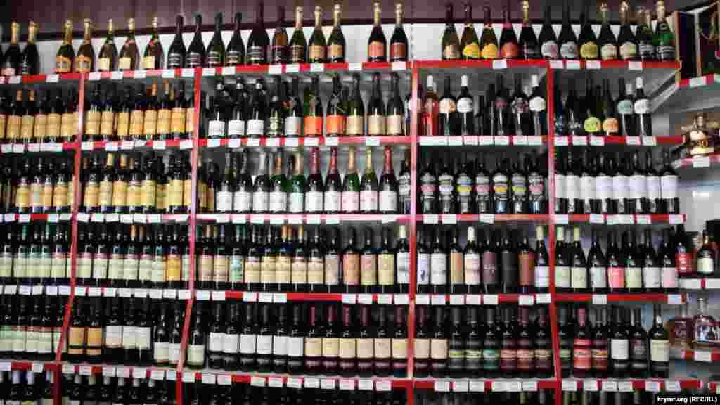 Крымские вина стали непозволительно дороги, так что массандровская мадера теперь стоит больше 500 рублей, Херес –до 700 рублей.Новосветские шампанские – больше 700