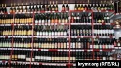 Ассортимент в винном магазине в Новом Свете, Крым, 2017 год