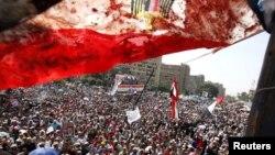 """Египеттин канга бөлөнгөн байрагынын артынан Каирде """"Мусулман агайындардын"""" массалык демонстрациясы көрүнүп турат, 8-июнь, 2013"""