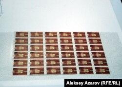 На гигантском конверте с поздравлениями Назарбаеву обнаружилась знаменитая марка «Золотой воин» 1992 года с двумя ошибками. Алматы, 29 ноября 2012 года.