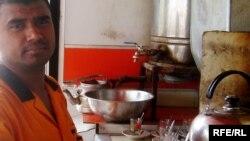 عامل بنغالي في أحد مطاعم كربلاء