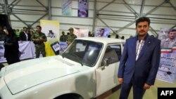 فردی که به عنوان وکیل خریدار خودرو محمود احمدینژاد معرفی شده بود در کنار این خودرو در نمایشگاه منطقه آزاد اروند
