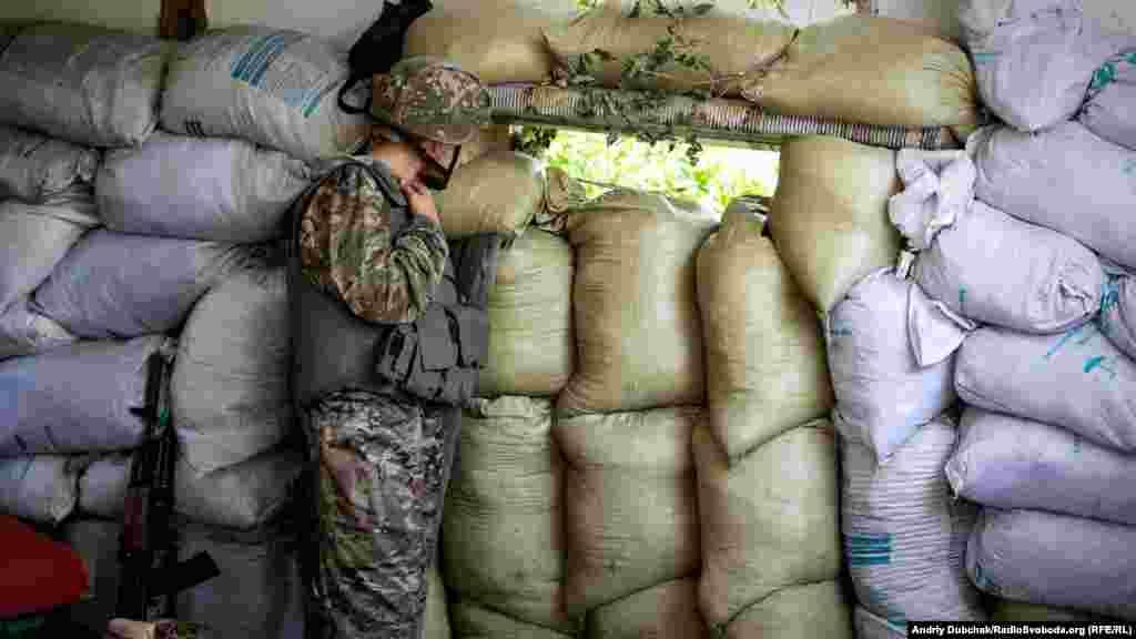 На окраине села расположены огневые и наблюдательные точки украинских военных. Это одна из них. Стрелять могут в любой момент, и периодически во время нашей «прогулки» по селу слышны автоматные и пулеметные очереди, реже взрывы