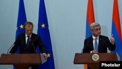 Президент Армении Серж Саргсян (справа) и председатель Европейского совета Дональд Туск во время совместной пресс-конференции в Ереване, 20 июля 2015 г.