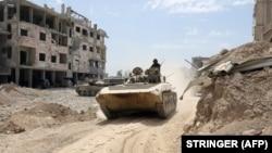Тенк на сириската армија патролира низ градот Дума