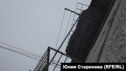 Кусок бетона угрожающе навис над балконом пятого этажа