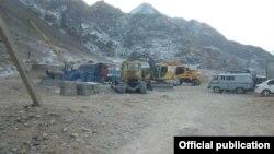 Ворух эксклавының маңында тоқтап тұрған жол құрылысы. Техника Қырғызстанға тиесілі. Ақ-Сай ауылы, 13 қаңтар 2014 жыл.