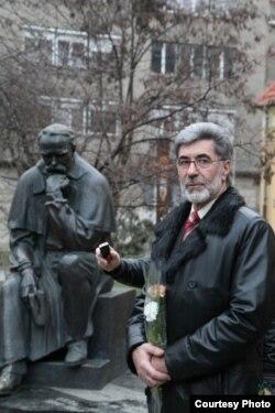 Скульптор Іван Микитюк, автор монумента Тарасові Шевченку в Будапешті, на фоні свого скульптурного творіння (фото: Ігор Шипайло та Роман Рішко)