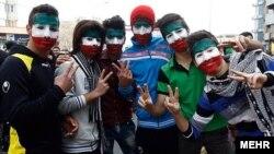 Дети на центральной площади Тегерана с лицами, разукрашенными в цвета иранского флага. 11 февраля 2014 года.