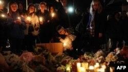 В Ньютауне поминают жертв нападения на начальную школу