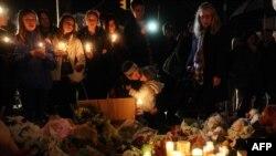 Поминальная церемония в память о жертвах стрельбы в школе Sandy Hook. Нью-Лондон, Коннектикут, 16 декабря 2012 года.