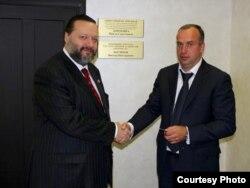 Павел Дорохин (слева) и Сергей Мазуркевич у приёмной Павла Дорохина в Березовске