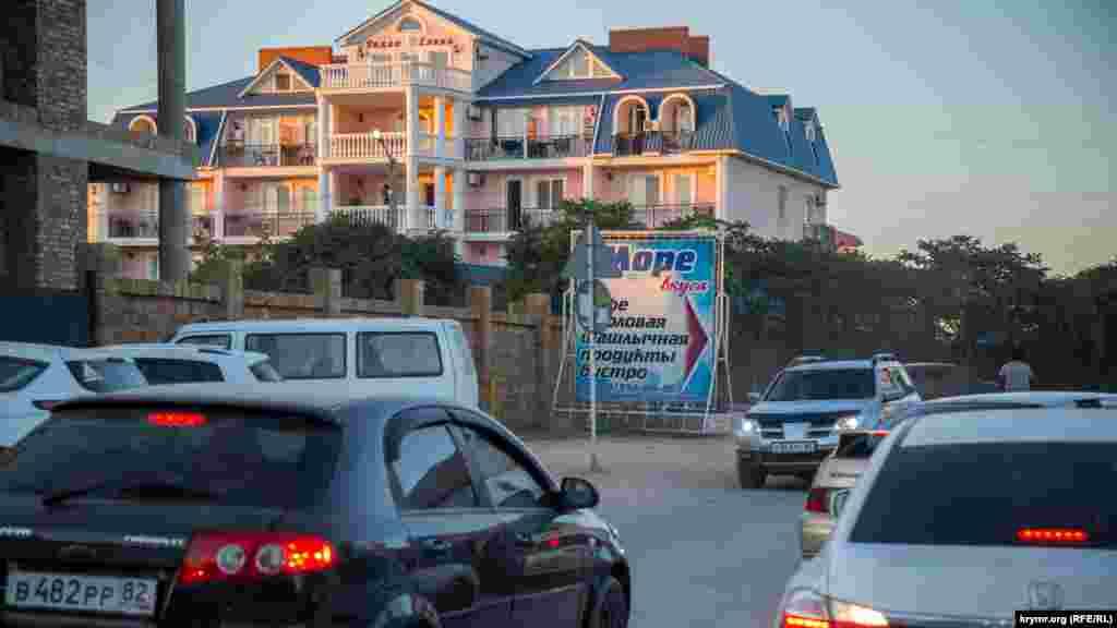 Прибережну територію в селищі забудували прибутковими мініпансіонатами в пік популярності Новофедорівки у 2006-2010 роках, коли стало більше приїжджих, і самі кримчани почали частіше відвідувати селище