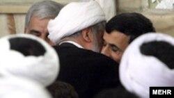 احمدی نژاد اظهارات خبرساز خود را در جمع روحانیون مشهد بیان کرد. عکس از خبرگزاری مهر