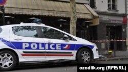 Париж көшесінде тұрған полиция көлігі. (Көрнекі сурет.)