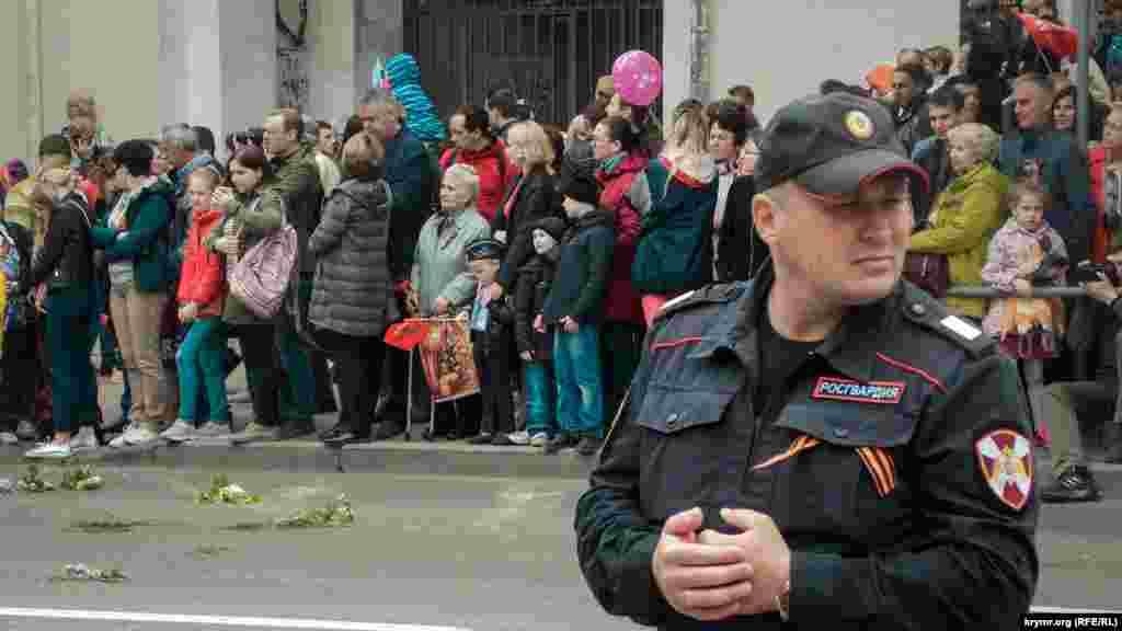 В Севастополе по центру города промаршировали войска российского гарнизона, кадеты, юнармейцы из детского лагеря «Артек», ветераны, казаки и дети в военной форме
