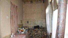 Дом школьной учительницы Ванды Бедоевой расположен в приграничной зоне, на окраине югоосетинской столицы: в течение пяти послевоенных она безуспешно добивается помощи властей в восстановлении разрушенного жилья