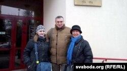 Алена Шабуня (зьлева) і Тацяна Севярынец з праваабаронцам Паўлам Левінавым