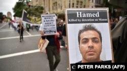 راهپیمایی هواداران حقوق پناهجویان در سیدنی. یکی از راهپیمایان تصویری از حامد شمشیریپور را در دست گرفته است. مقامهای استرالیا در مرداد سال ۹۶ اعلام کردند که آقای شمشیریپور، ۲۸ ساله، ظاهراً «خود را حلقآویز کرده است»