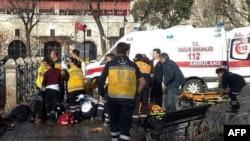Թուրքիա - Ստամբուլի Սուլթանահմեթ հրապարակում պայթյունից տուժածներին օգնություն է ցուցաբերվում, 12-ը հունվարի, 2016թ․