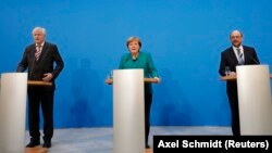 Канцлер Ангела Меркел (ортодо), социал-демократтардын лидери Мартин Шульц (оңдо) Бавариянын Христиан-социалдык партиясынын лидери Хорст Зеехофер Берлиндеги маалымат жыйынында, 7-февраль 2018-жыл.