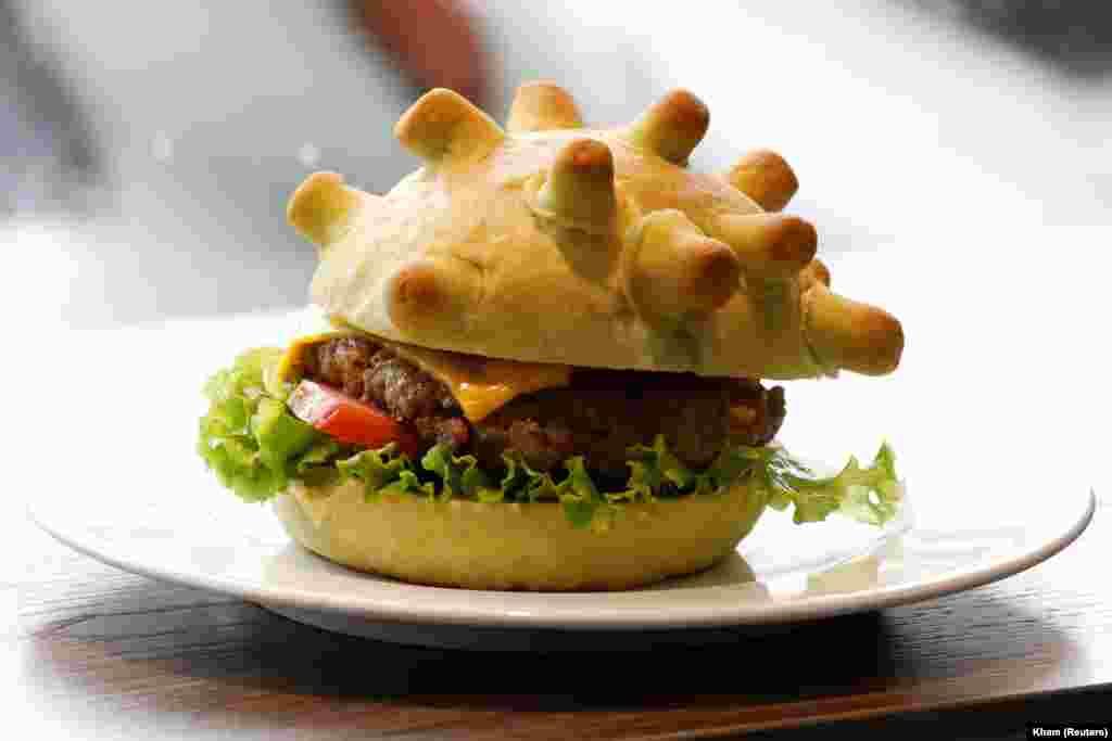 Un burger care imită reprezentarea grafică a coronavirusului, Hanoi, Vietnam.