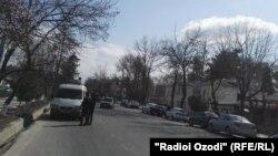 У места взрыва в городе Курган-Тюбе в Хатлонской области Таджикистана.
