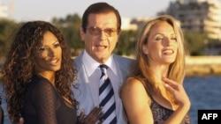 Roger Moore we aktrisalar Traci Bingham (çepde), Eva Halina Kann kinofestiwalynda 1999-njy ýyl.